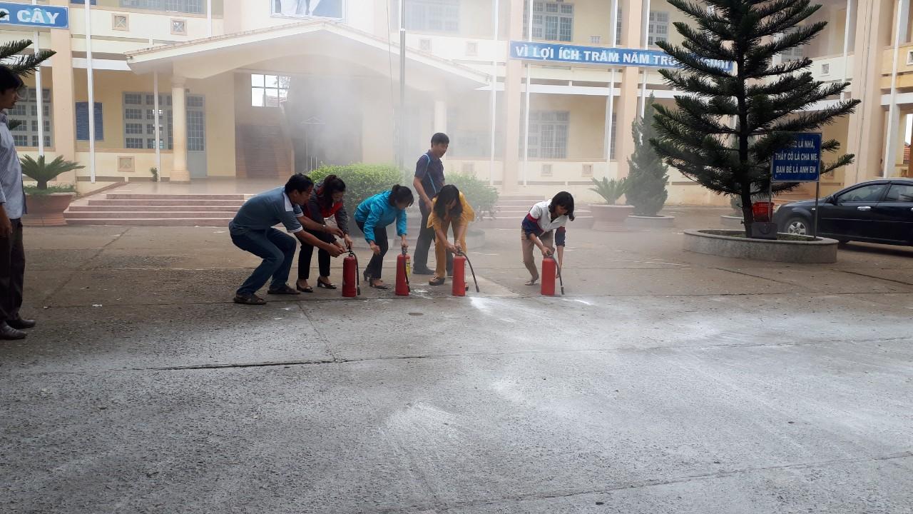 Tập huấn  về phòng cháy, chữa cháy cho cán bộ, giáo viên trường THCS Bình Thạnh